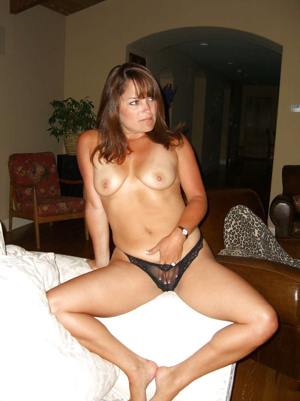 http://hotamateurmature.com/gallery/Housewives_milf_mature_elders/13.jpg