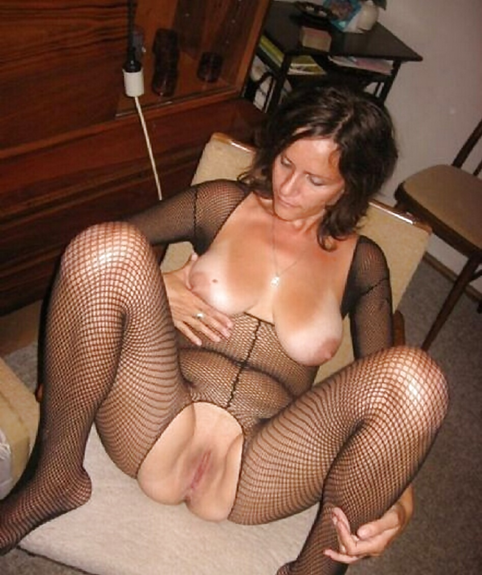 http://hotamateurmature.com/gallery/Housewives_milf_mature_elders/75.jpg