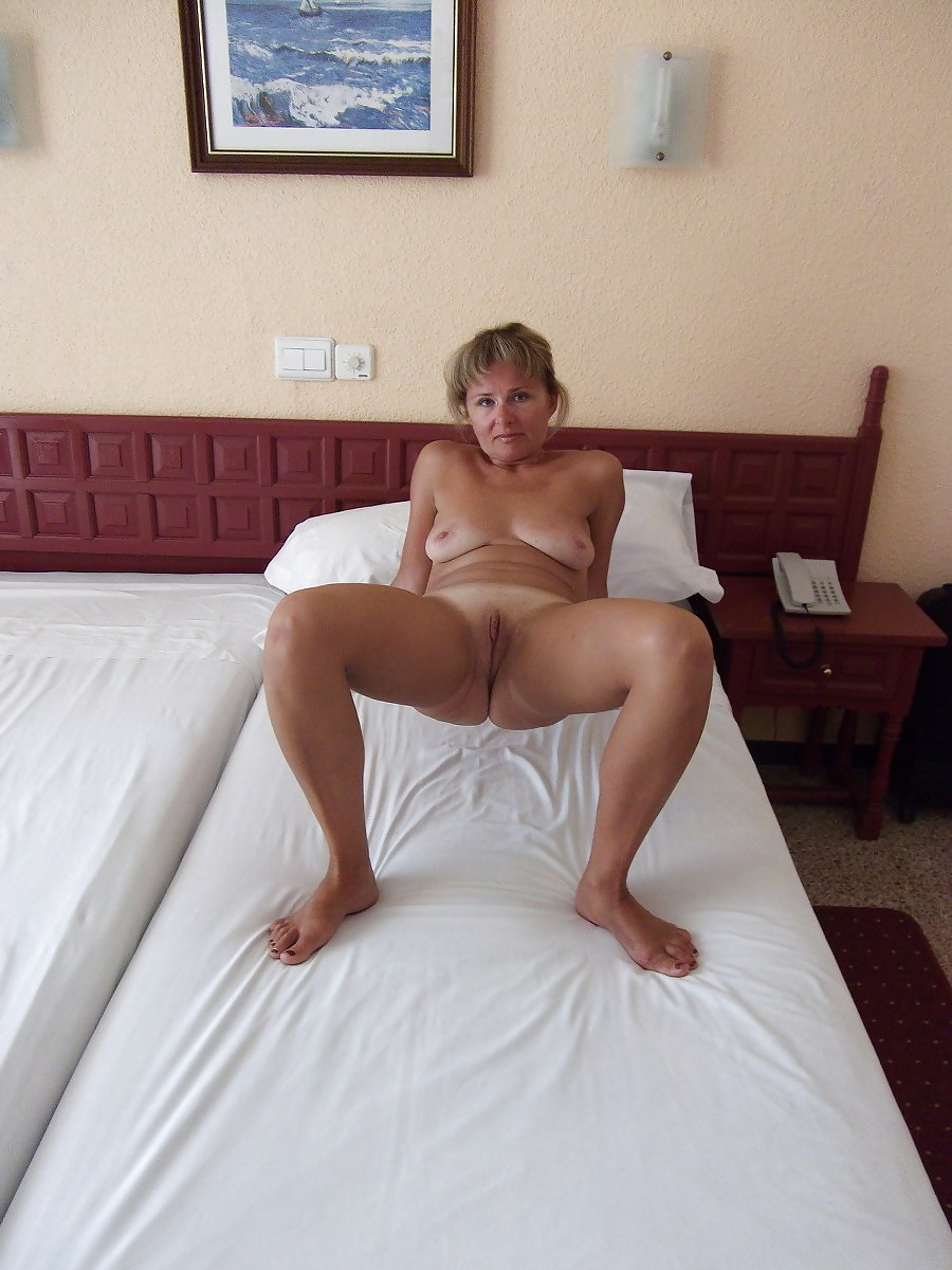 http://hotamateurmature.com/gallery/Mature_housewives_and_sexy_grannies_16/14.jpg