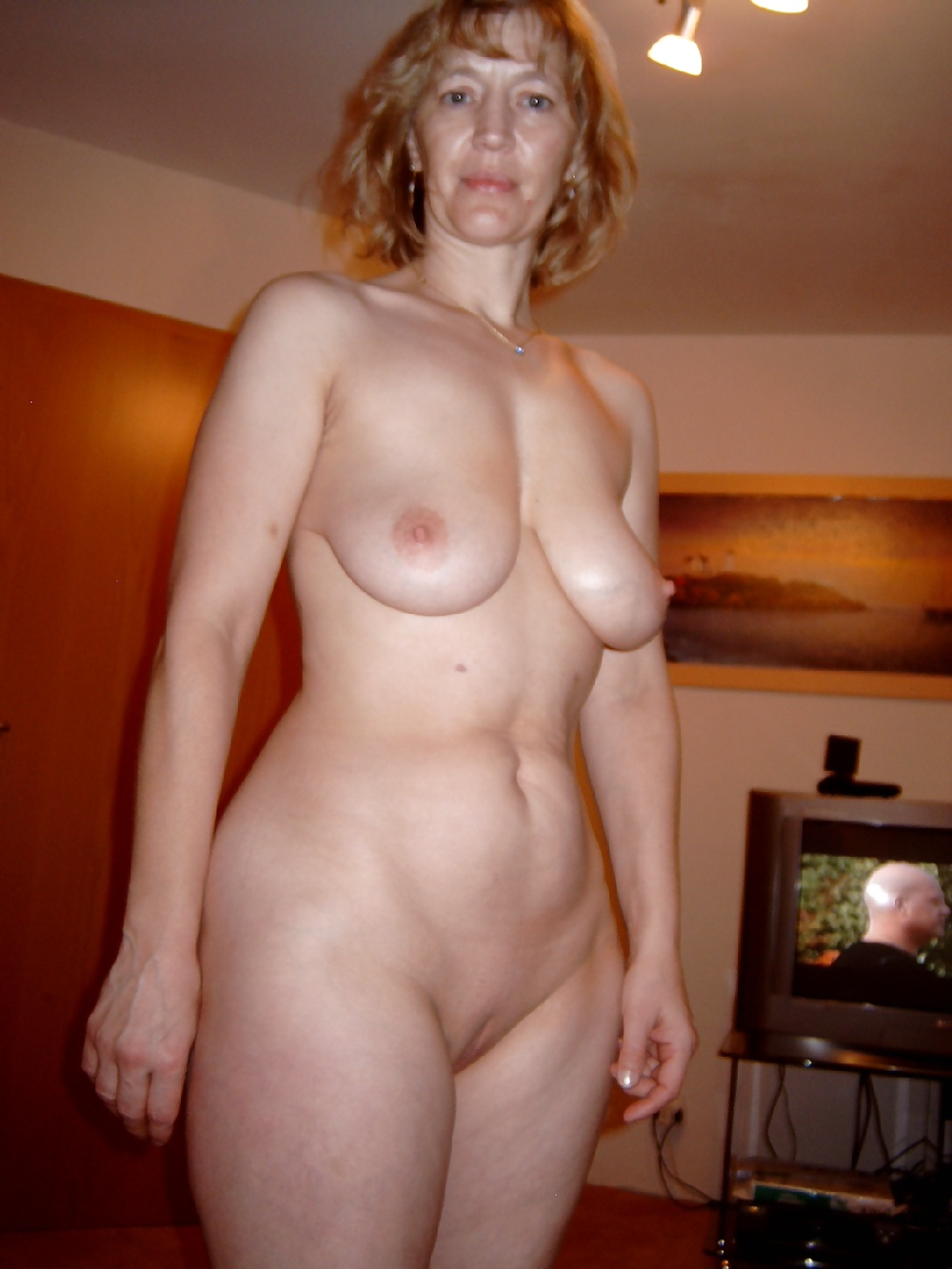 http://hotamateurmature.com/gallery/Mature_housewives_and_sexy_grannies_16/16.jpg
