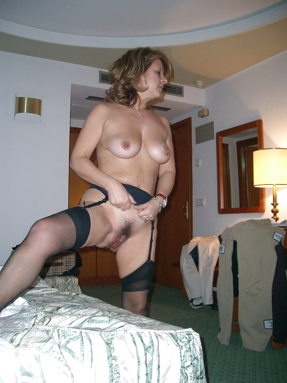 http://hotamateurmature.com/gallery/Mature_housewives_and_sexy_grannies_16/18.jpg