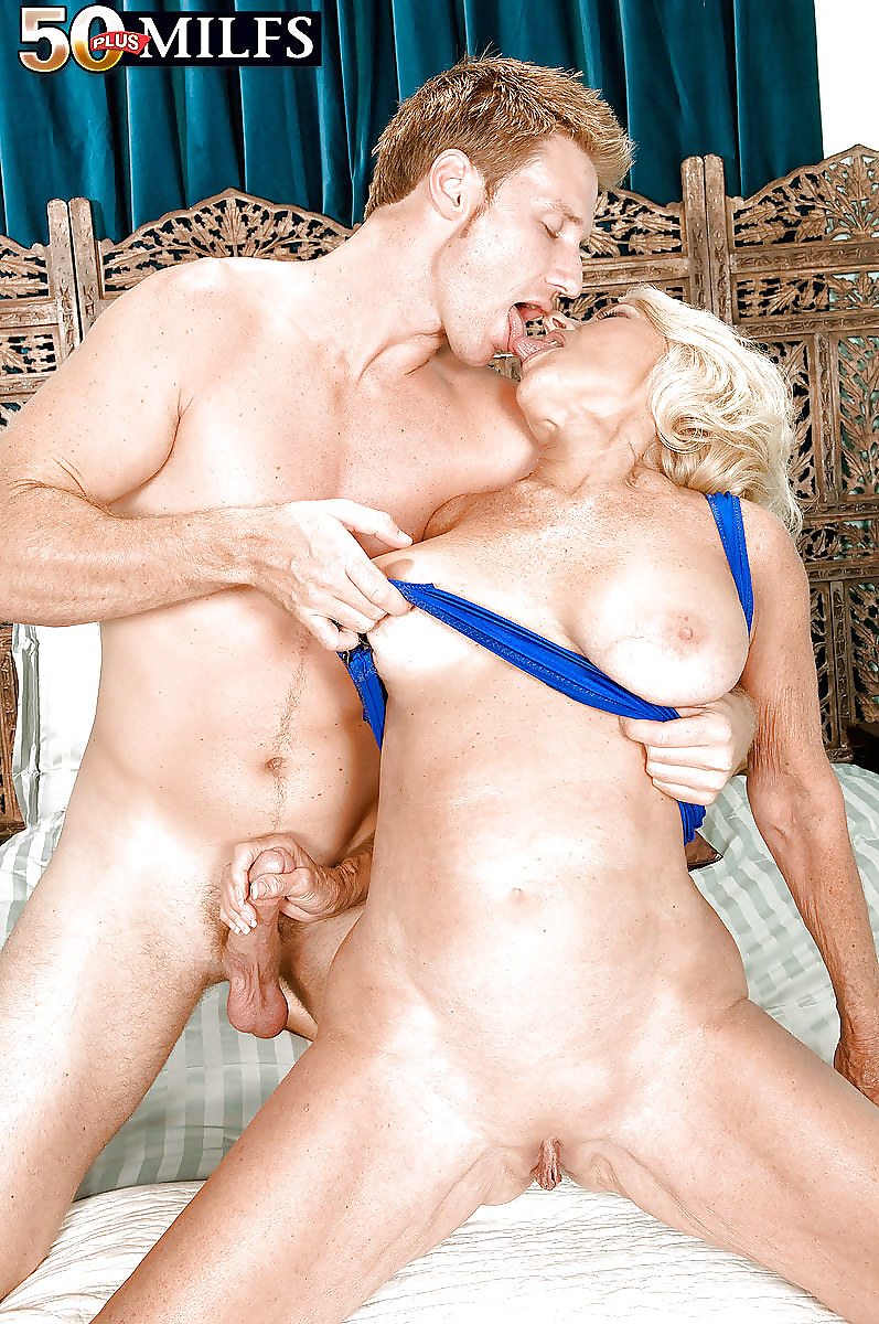The sexiest milf amp shemale sluts buttfucking each other 6